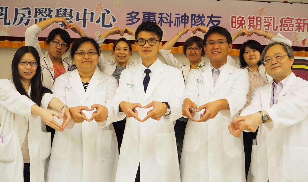 鄭姓女病患在中國附醫乳癌多專科團隊專業治療照護下,病況獲良好控制,可與家人同享幸...