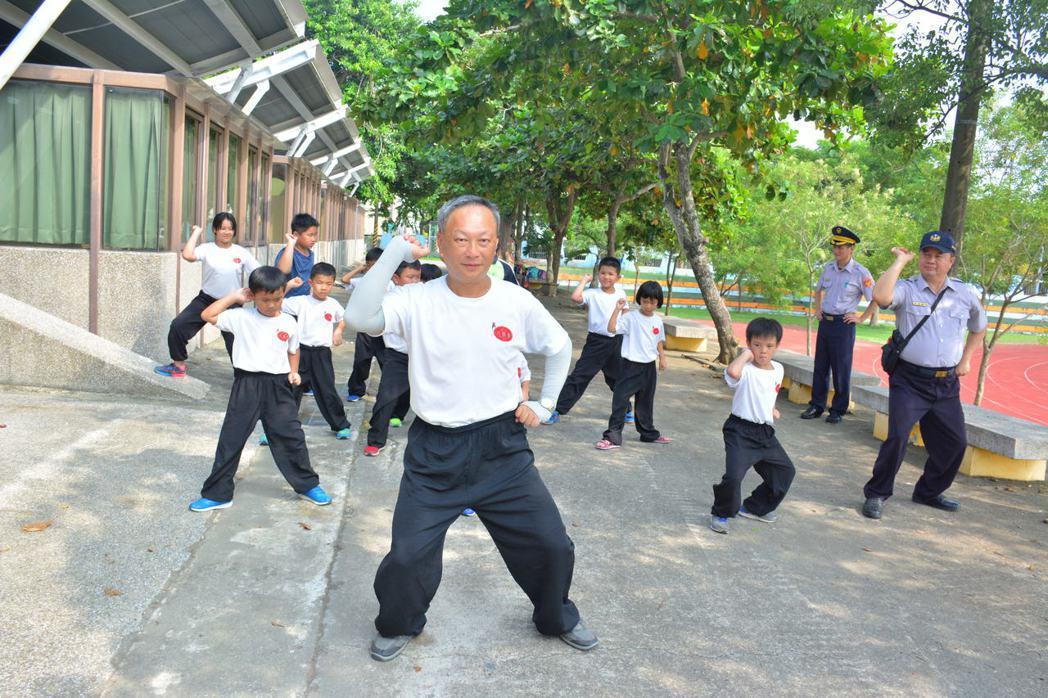 前總統府侍衛室主任吳東林將軍退休後,義務指導台南市玉井國小學童打「八極拳」,並指...