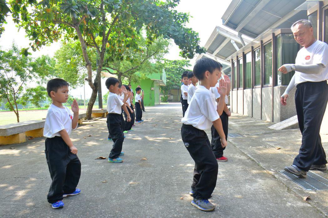 這所小學「將軍」當教練 學習保護元首八極拳