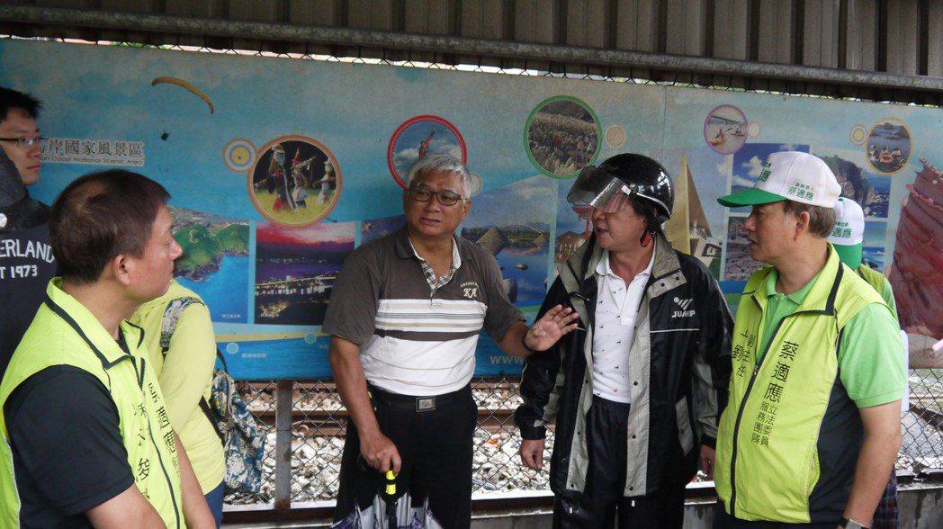 基隆一處鐵道旁自來水滲漏多年,民眾批好浪費。記者游明煌/翻攝
