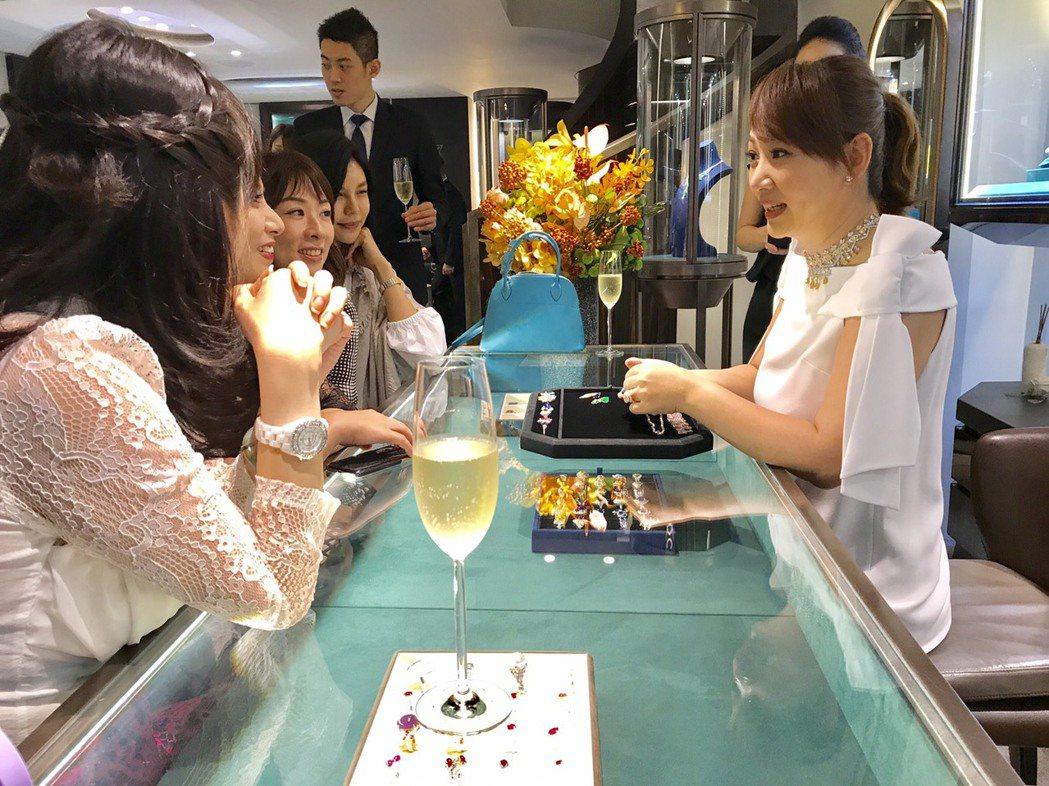 郁方(右)在店裡介紹珠寶給貴婦團,很有一套自己的邏輯和方式。記者葉君遠/攝影(