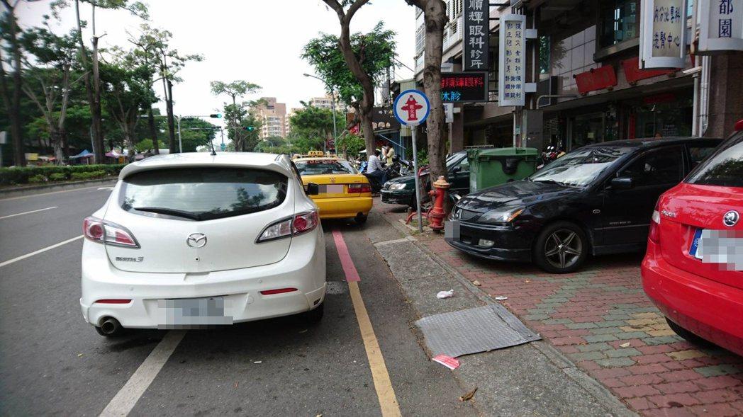 駕駛占用慢車道、人行道或在紅線上停車,均已違規。記者曹馥年/攝影