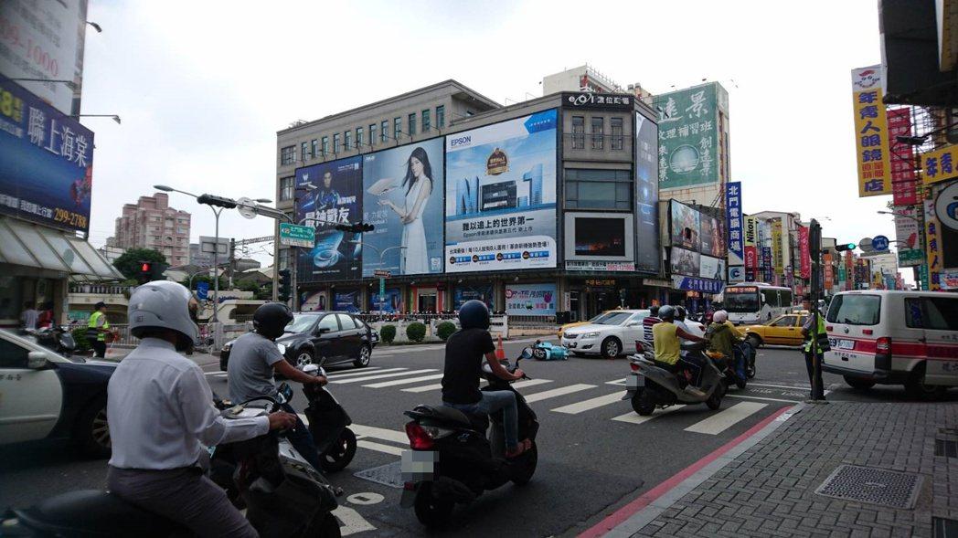 台南市北門路、民族路車流量大,不僅是民眾拍照檢舉違規熱點,也因交通繁忙,不時發生...
