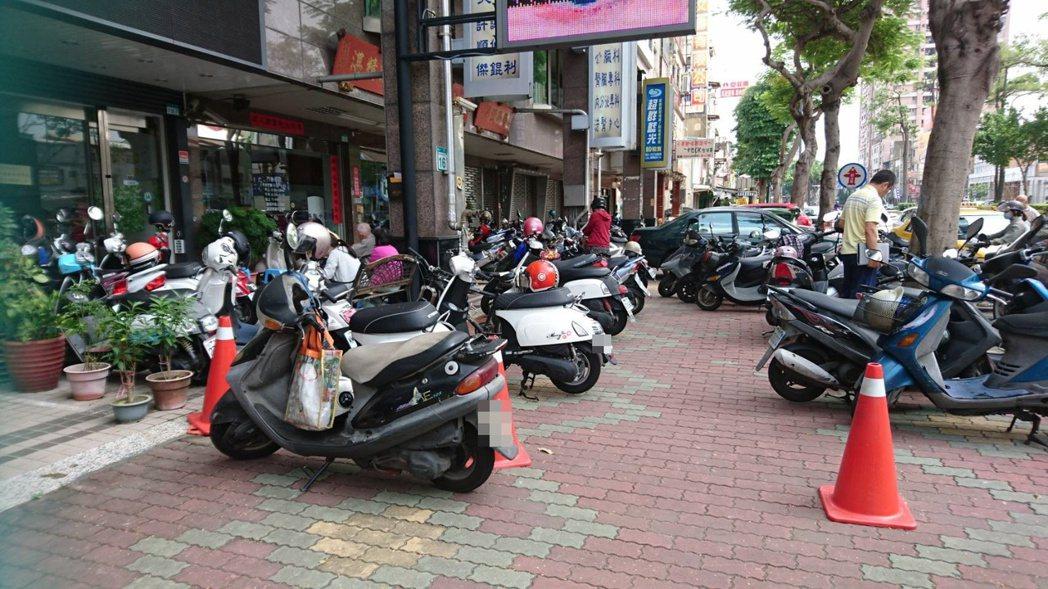 道路交通管理處罰條例規定人行道不可停車。記者曹馥年/攝影