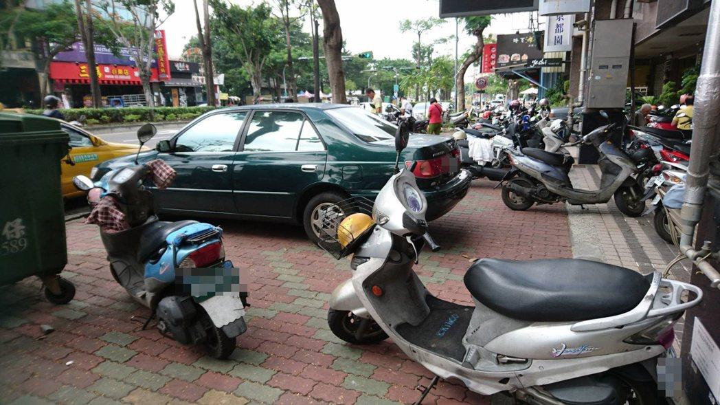 台南部分路段人行道違規停車問題嚴重。記者曹馥年/攝影