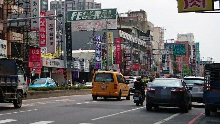 台南市中華路常見駕駛占用機慢車道臨停,機車騎士得與快車道車輛爭道,險象環生。記者...