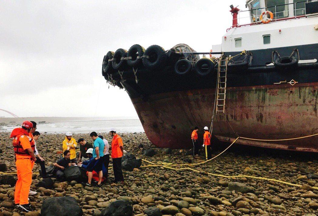 巴拿馬籍「哈威輪」貨輪在桃園外海故障擱淺,救援拖船(見圖)原要出海救援卻未料故障...