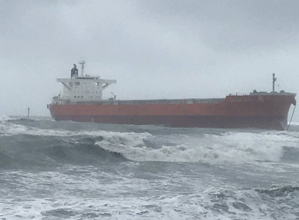 巴拿馬籍「哈威輪」貨輪在桃園外海故障擱淺,受困貨輪船上等待救援的21人平安。 記...
