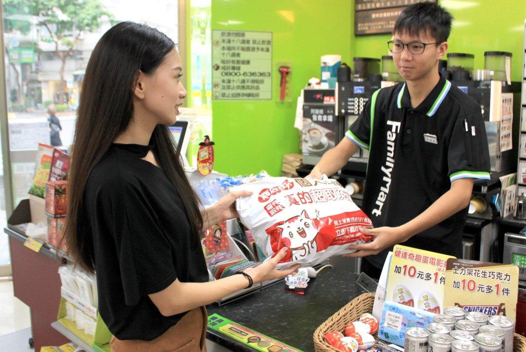 PChome商店街個人賣場即日起再與全家便利商店合作,提供超商取貨0元免運。圖/...