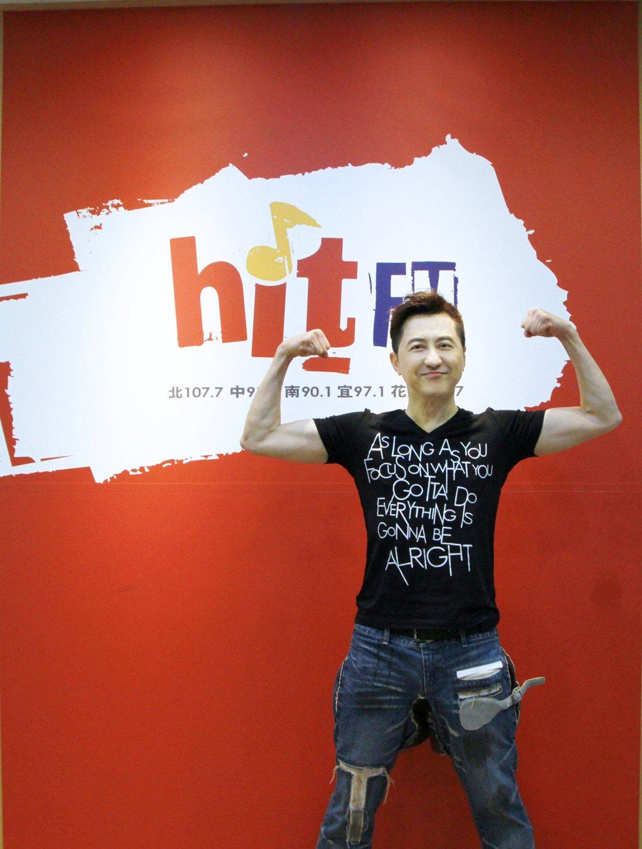 哈林到電台宣傳新專輯。圖/Hit FM提供
