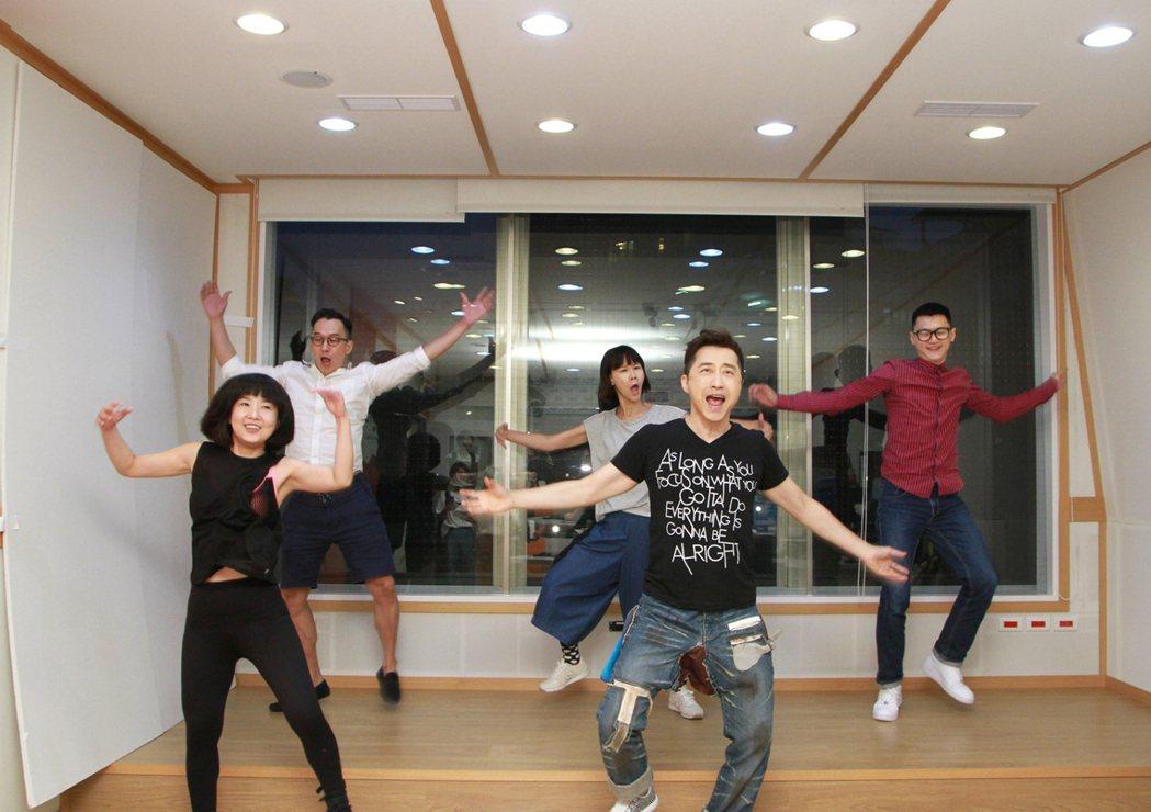 哈林(前排右)帶領Hit Fm DJ跳「猴喜翻」。圖/Hit FM提供