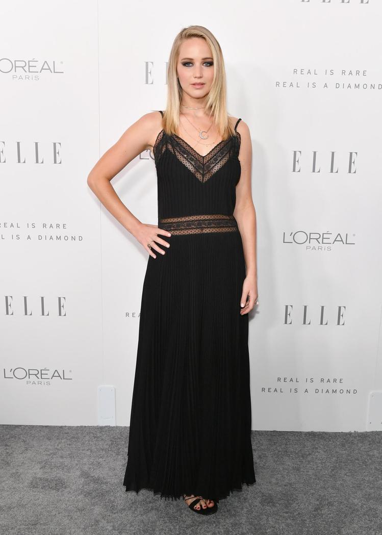 珍妮佛勞倫斯身穿Dior黑色褶襉絲質洋裝。圖/Dior提供