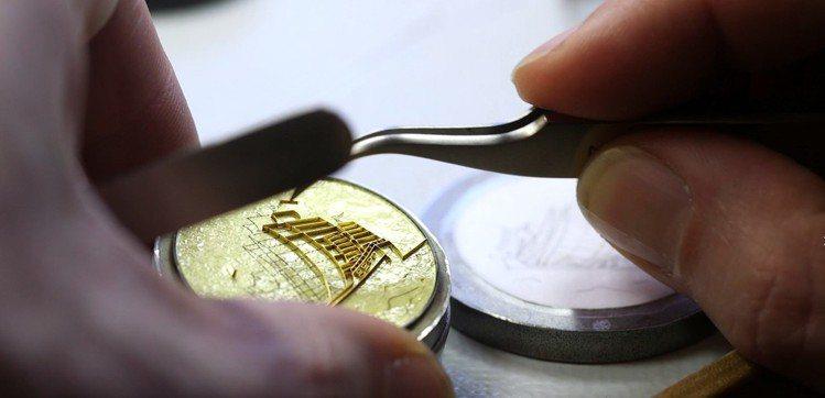 鄭和寶船的掐絲琺瑯表盤,需要透過工匠巧手一層層堆疊出最佳效果,而且良率極低顯得珍...