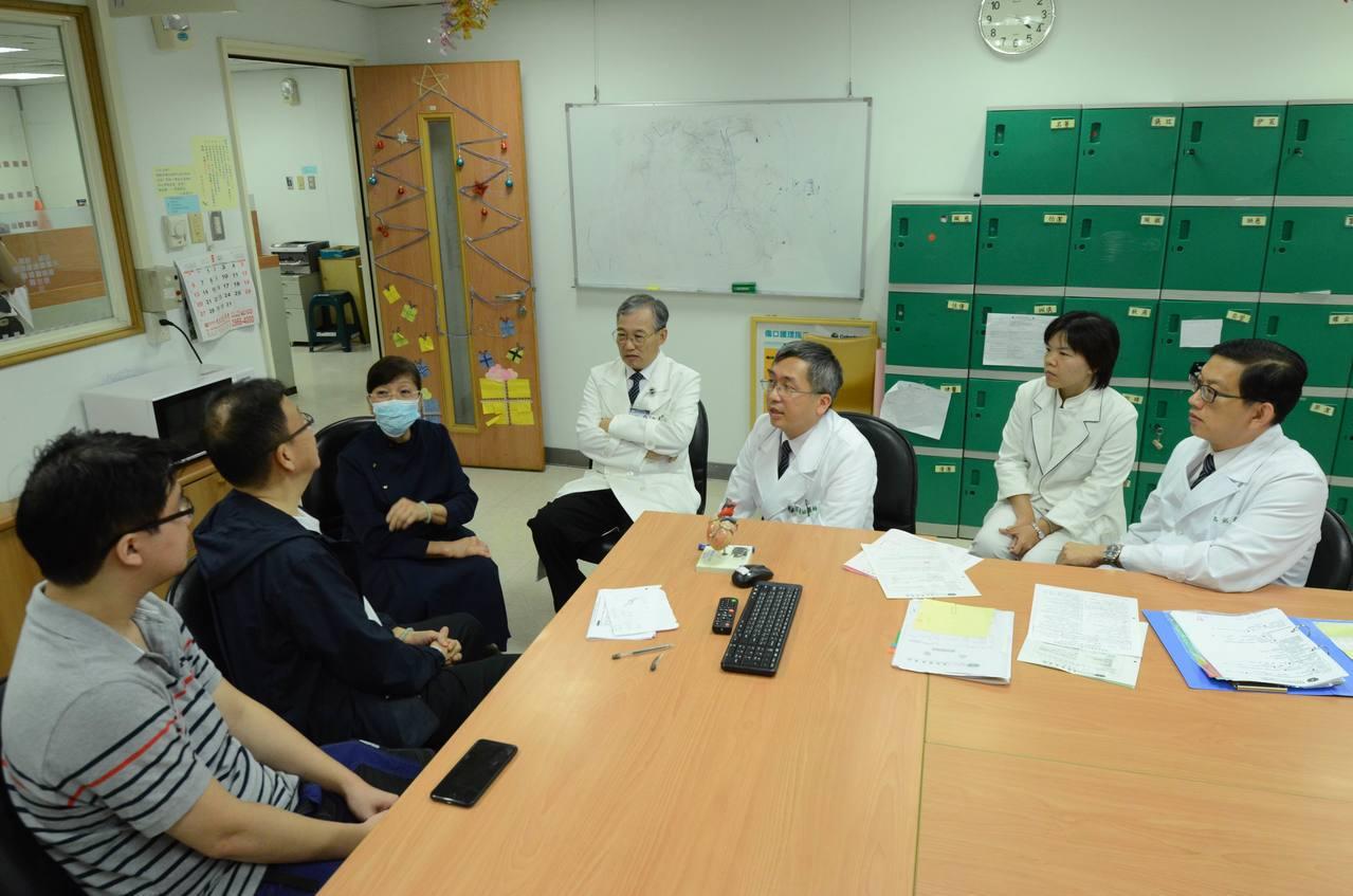 台北慈濟手術前舉行團隊會議,說明手術過程和風險。圖/台北慈濟醫院提供