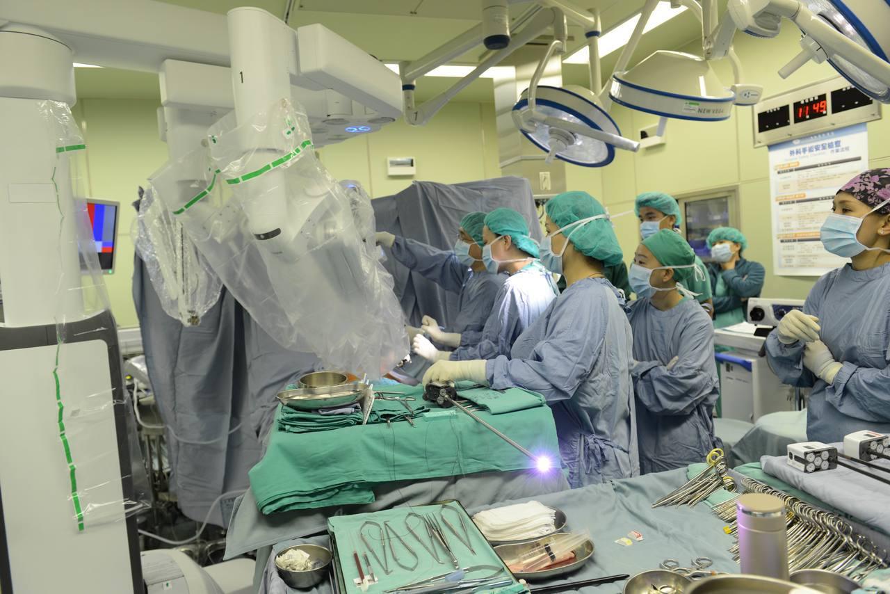 台北慈濟心臟血管外科主任張燕以達文西機械手臂為許怡樂進行冠狀動脈繞道手術。...