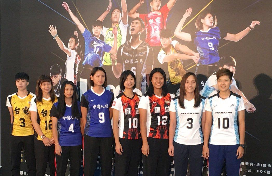 楊孟樺(左二)和各隊代表一同展示新戰袍。 記者曾思儒/攝影
