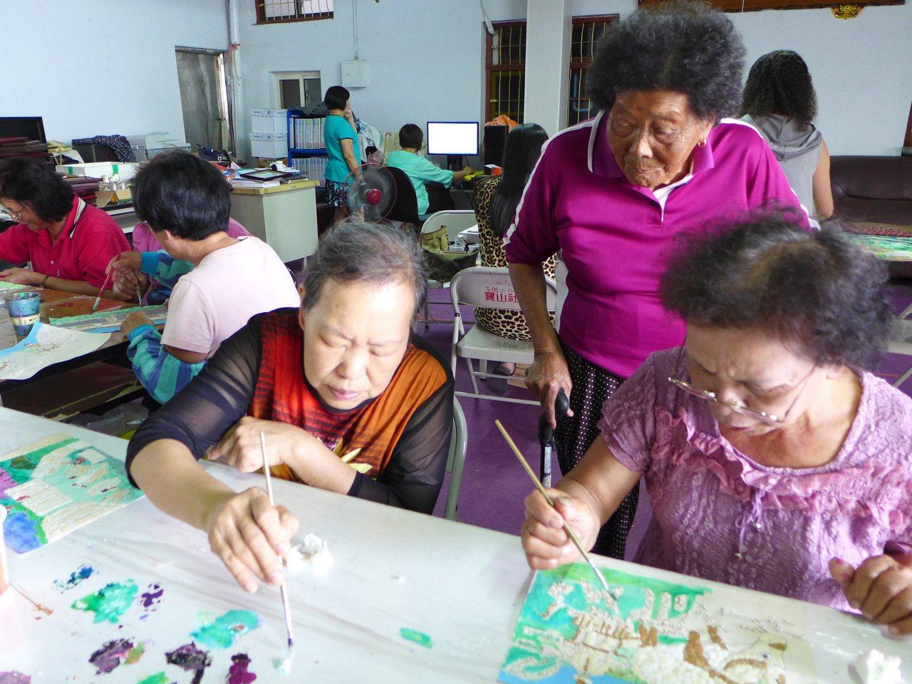 芬園鄉寶山社區居民蒐集蛋殼作畫,雖然耗眼力卻相當用心。記者林敬家/攝影