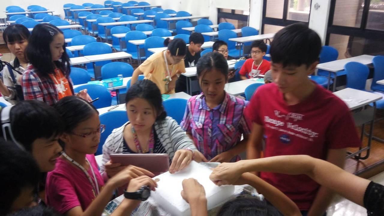 桃園市府教育局推動「自主學習3.0實驗室」,讓自主學習生也享有教育資源。圖/桃園...