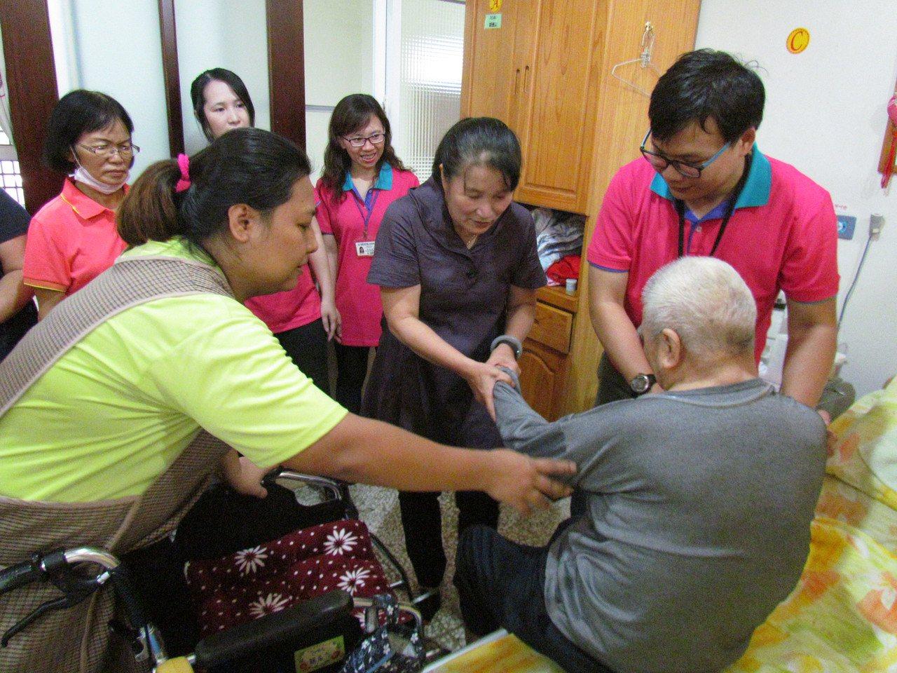 就服員與求職者觀摩學習如何協助長者上下床。記者蔣繼平/攝影