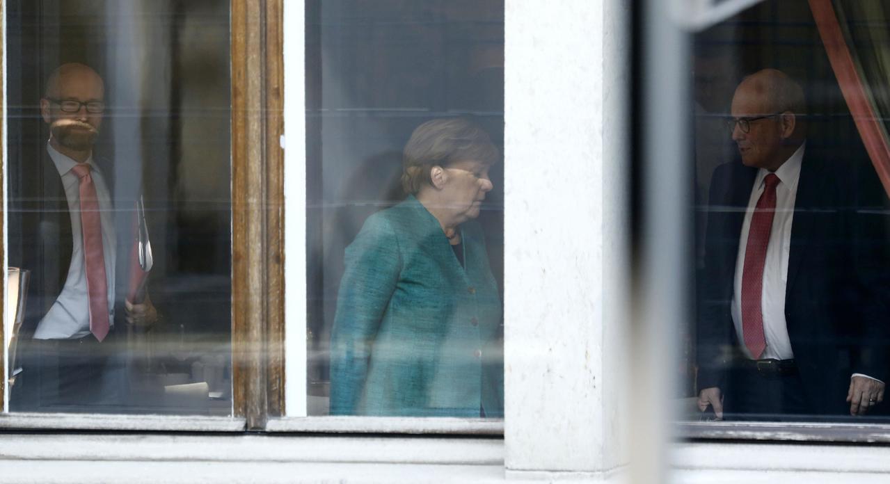 德國總理梅克爾(中者)18在柏林準備與自由民主黨展開試探性會談,討論合組聯合政府...