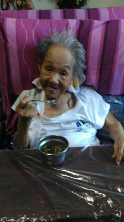 謝許秀黛接受居服員鄭彩敏悉心照顧7年,心情開朗許多。圖/謝麗雪提供