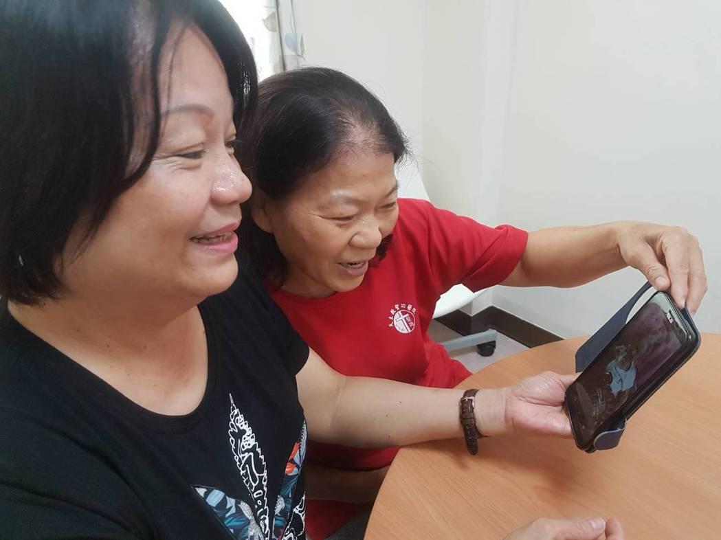 謝麗雪(左)和居服員鄭彩敏(右)看著謝母生前照片,難掩思念之情。記者蔡容喬/攝影