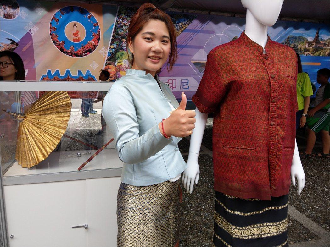 文化交流「一國家一特色」攤位,展示具有南亞風格的服飾。記者戴永華/攝影