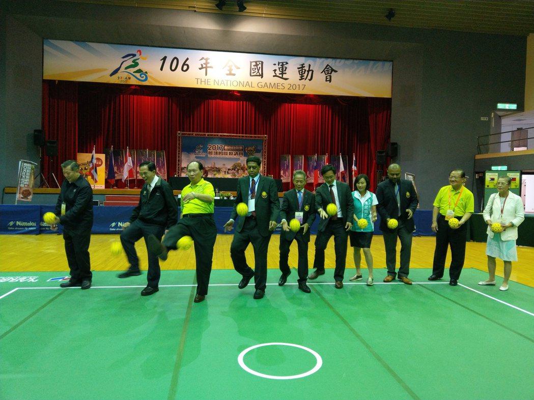 藤球國際邀請賽開幕,各國代表與貴賓「踢球」揭開序幕。記者戴永華/攝影