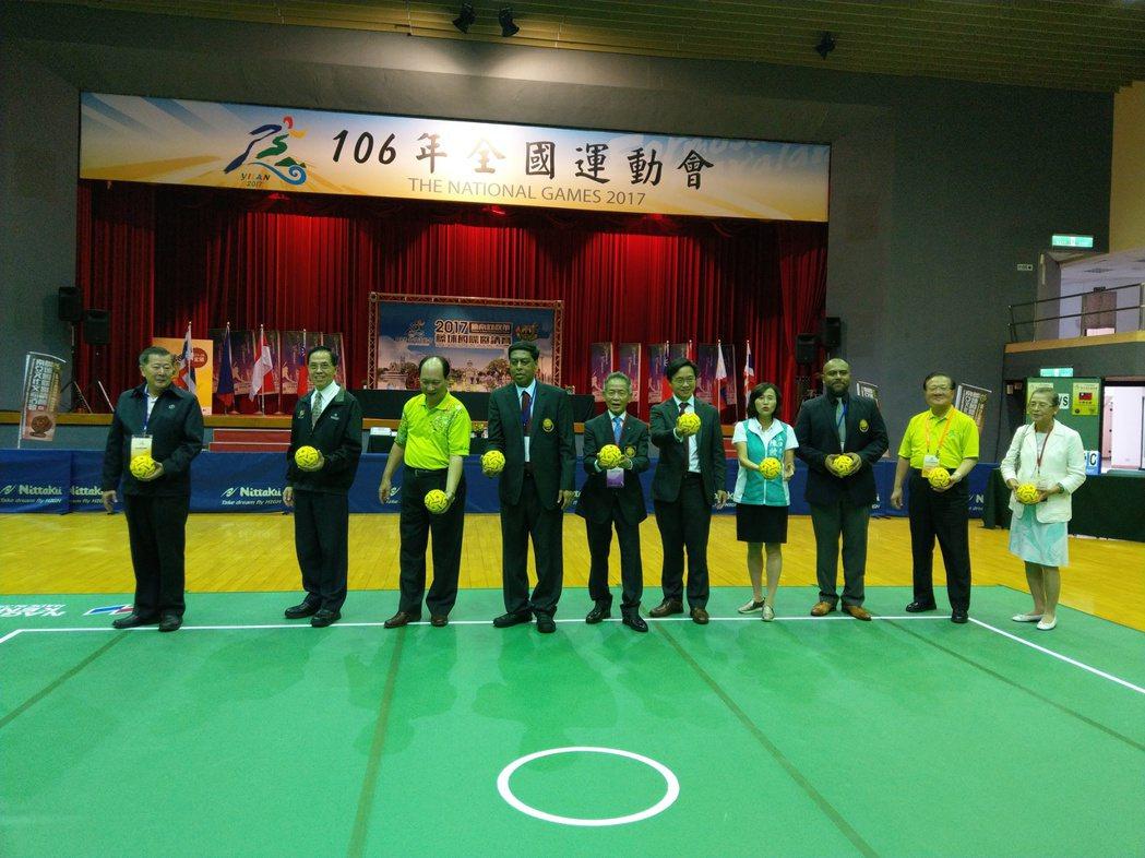 藤球國際邀請賽開幕,各國代表與貴賓共同「踢球」揭開序幕。記者戴永華/攝影