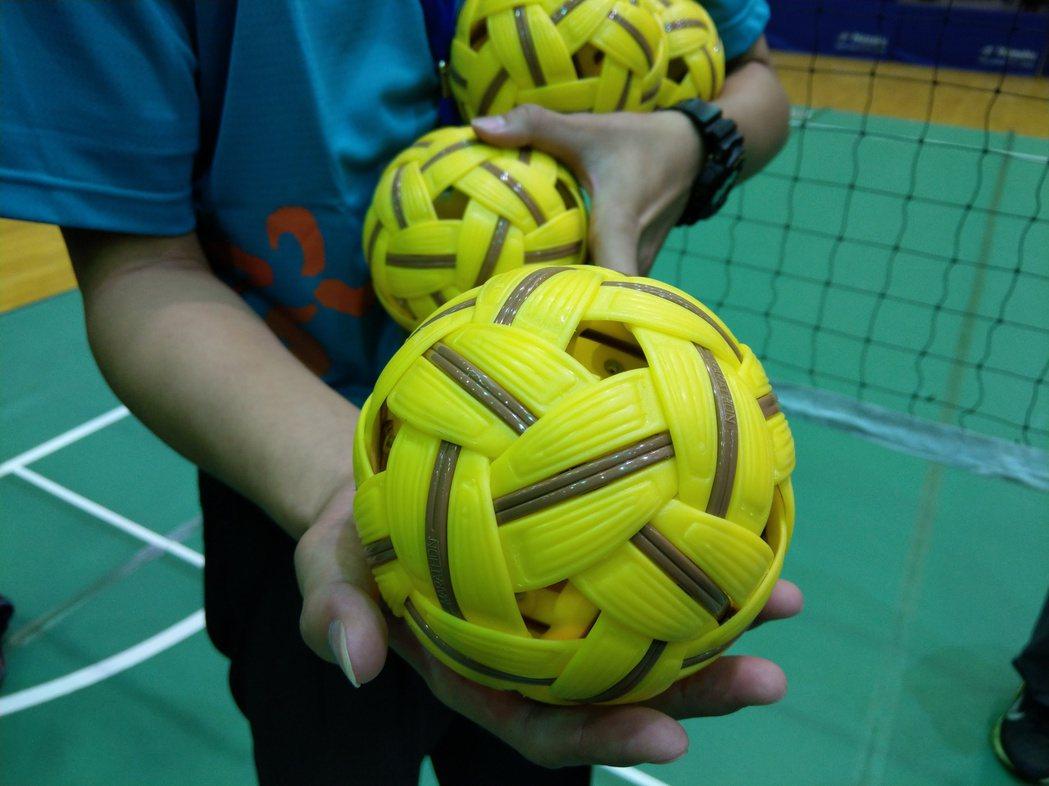 這個就是「藤球」,比賽類似用踢的排球。記者戴永華/攝影