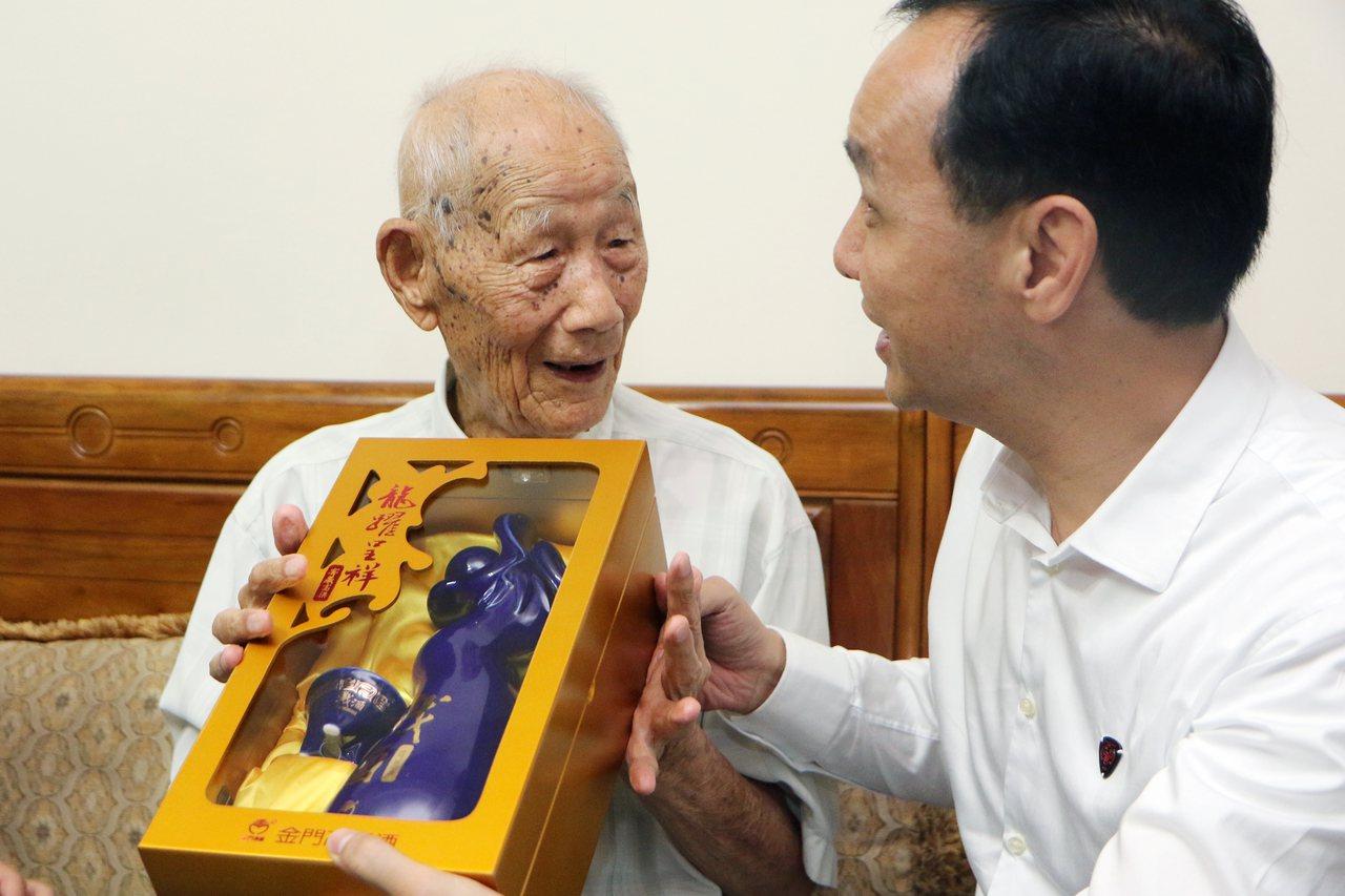 新北市長朱立倫(右起)送上高粱,讓李昭麟笑說「這禮送到我心裡」。記者王敏旭/攝影