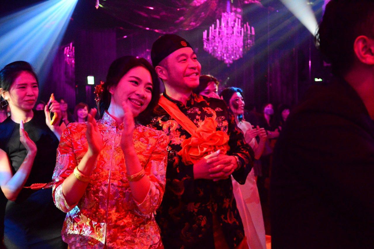 雲朗新婚專案,可提供新人傳統龍鳳掛等禮服搭配組合。圖/雲朗集團提供