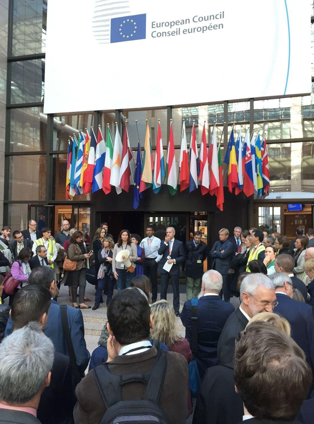 歐盟歐羅巴大樓18日再發生廚房排水管道外洩毒煙,疏散大樓人員的意外。(法新社)