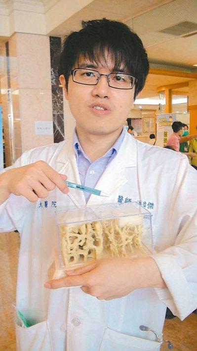 義大醫院家醫科醫師洪暐傑表示,咖啡攝取過量,容易造成骨質流失,民眾需特別小心。 ...