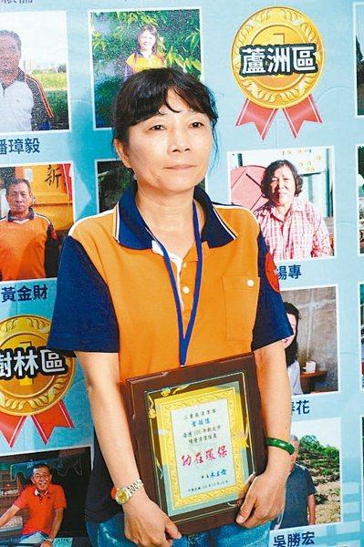 三重區清潔隊員葉穎儒為幫市民撿鑰匙,曾鑽入惡臭水溝尋。 記者施鴻基/攝影