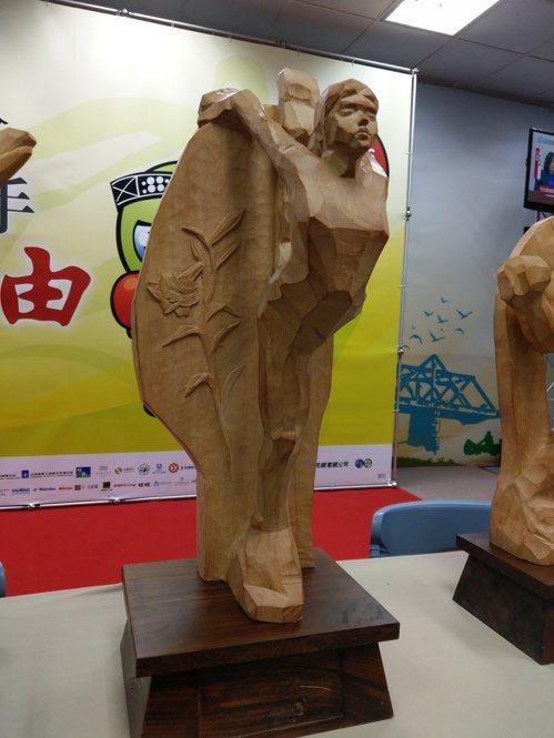 今年全運會的團體總冠軍獎盃,採用宜蘭檜木雕刻而成,有史以來第一座木雕總統獎盃,香...