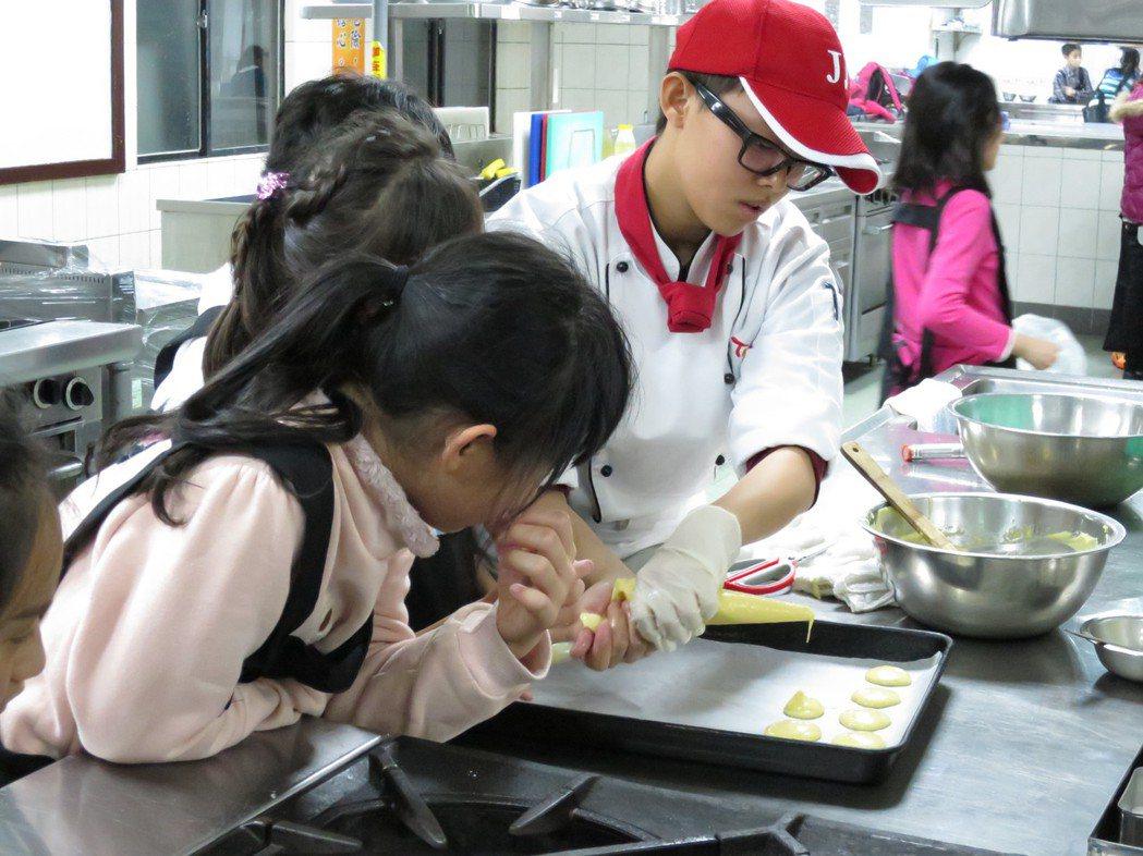 高職餐飲科紅不讓,連許多小學生都夢想當「廚神」,暑假參加高職開設的「烹飪營」。 ...