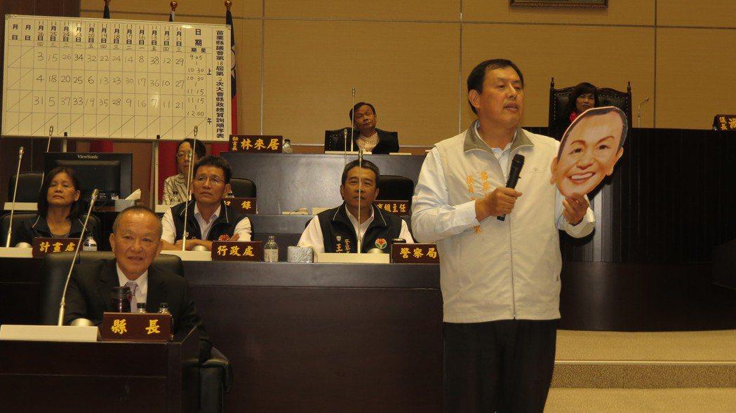苗栗縣議員禹耀東(站立者)曾以「追窮」為主題,唱作俱佳質詢。 聯合報系資料照