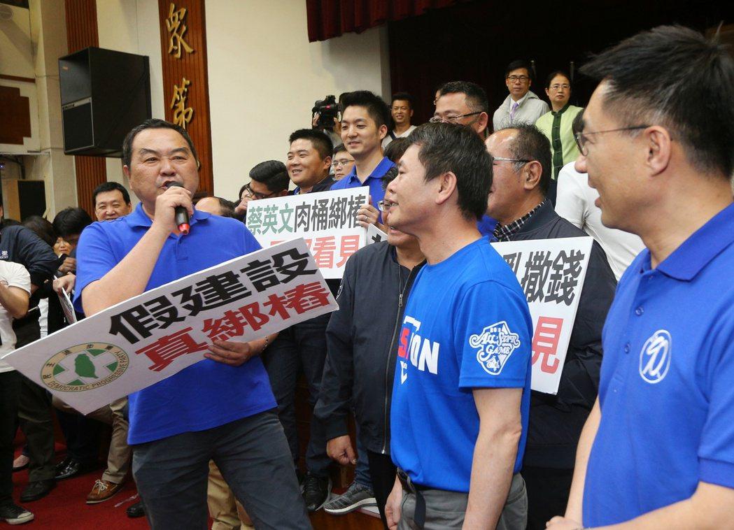 國民黨立委徐志榮(左)曾在前瞻計畫草案初審時,開課教起客家話。 聯合報系資料照