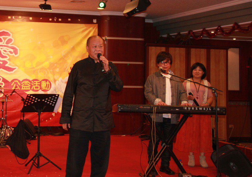 嘉義縣議長張明達(左)個性豪爽、阿莎力,愛交朋友唱歌同樂。 聯合報系資料照