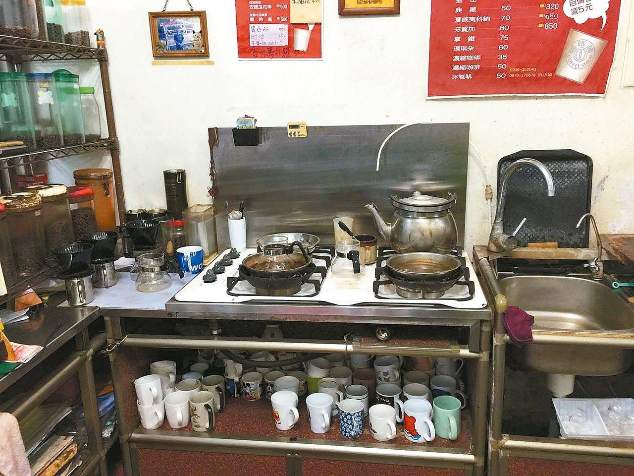 招財咖啡舖獨特的水浴式咖啡沖煮法,美味咖啡就在簡陋的瓦斯爐上面完成。 圖/陳志煌