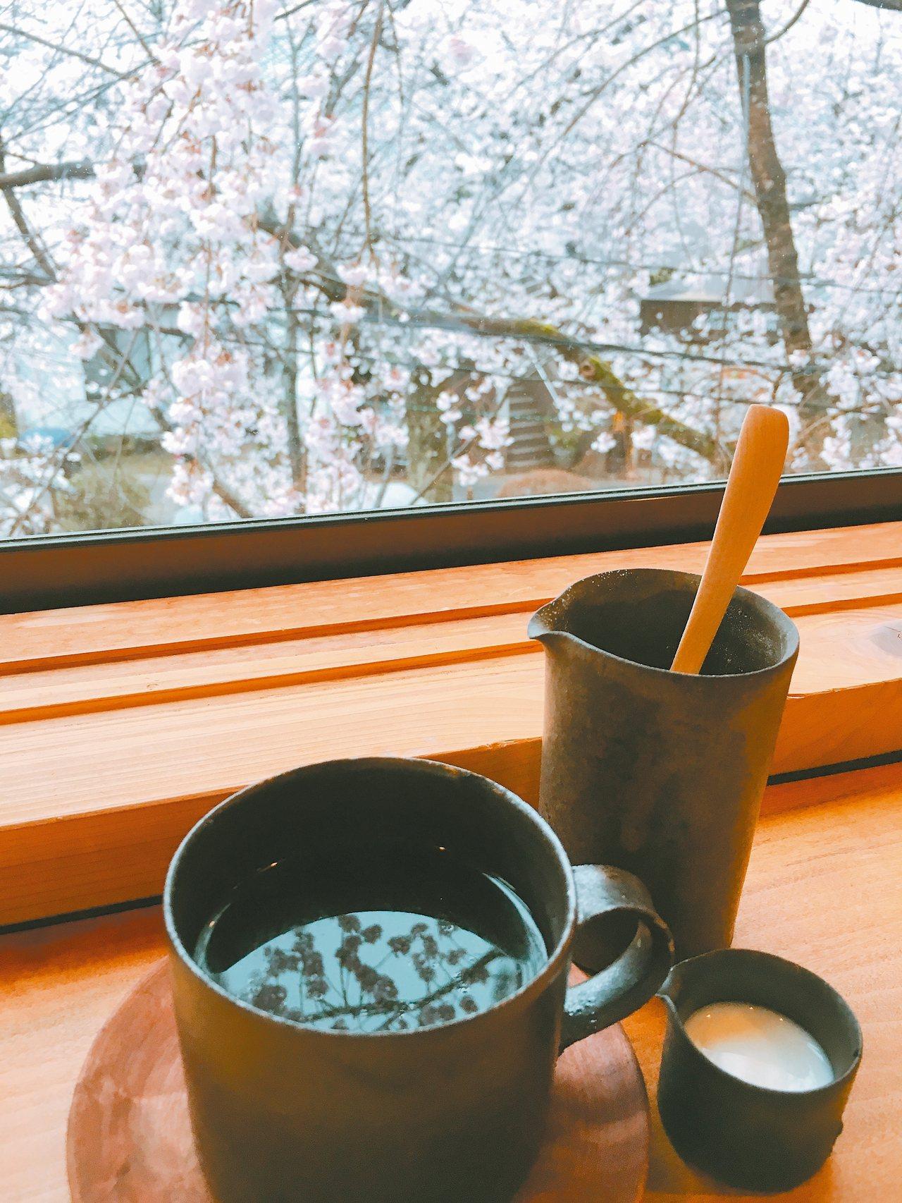 咖啡館窗外即是奢華美景。