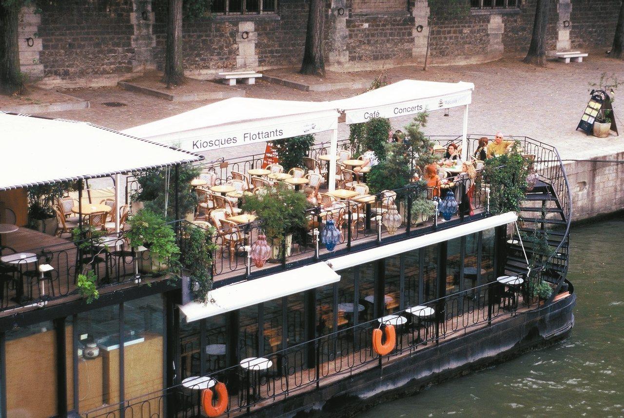 天氣好時塞納河上會停靠木船咖啡,氣氛視野都別有風情。 圖/謝忠道、各業者提供