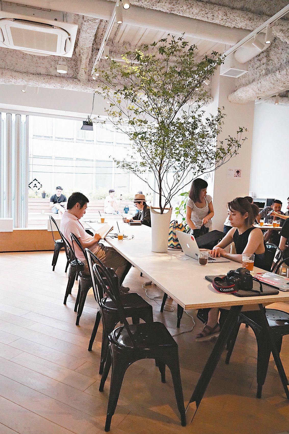 alpha beta coffee club延伸的戶外平台式,像都市裡的小空白。...