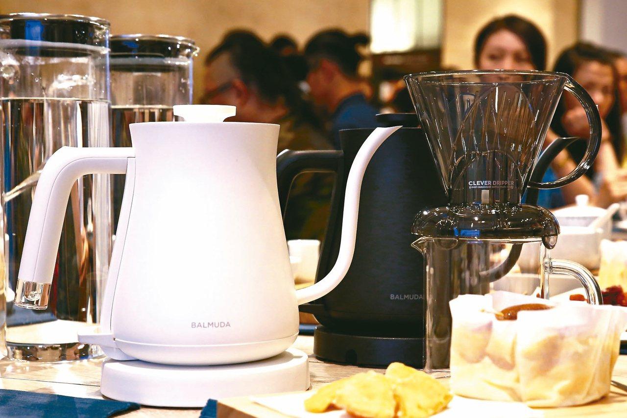 BALMUDA電熱手沖壺搭配Clever Dripper聰明濾杯,是新手入門的最...