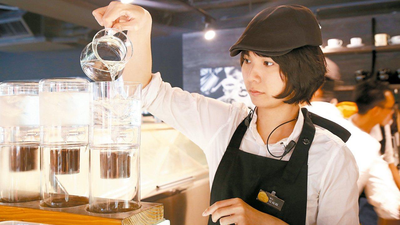 由上方加入冰塊與冷水,開始製作冰滴咖啡。圖/咖啡大叔
