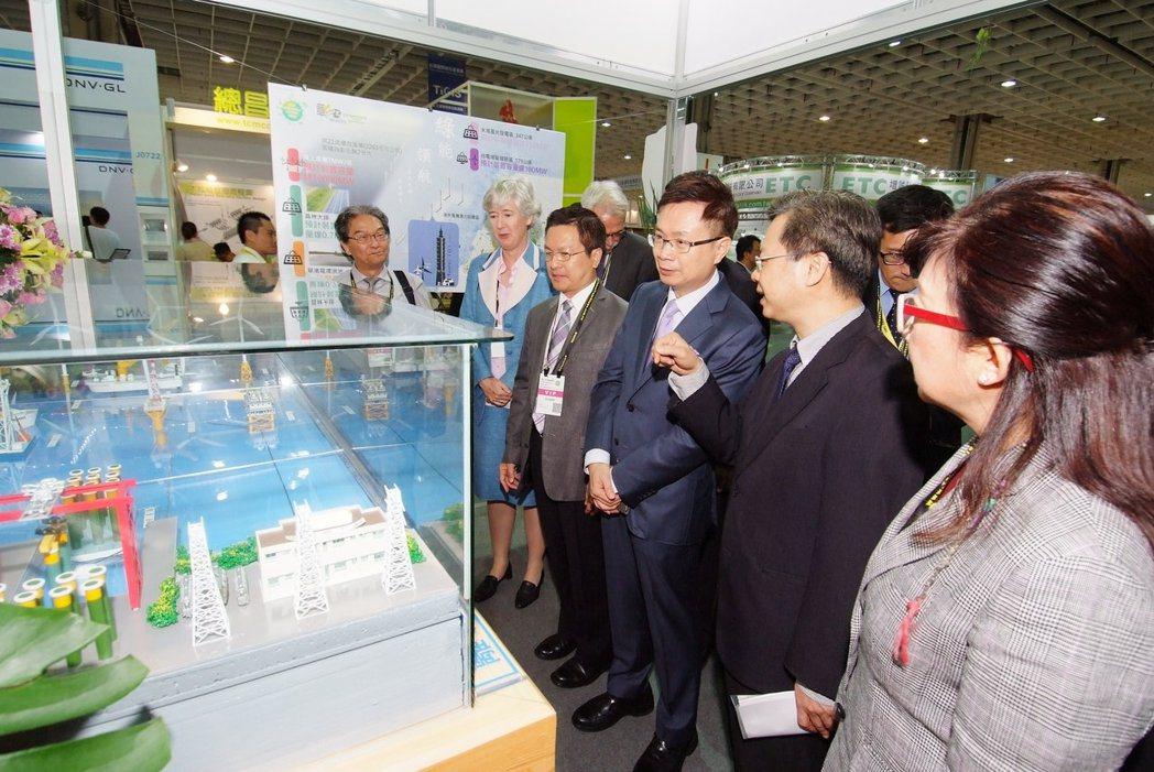 外貿協會董事長黃志芳(右3)參觀參展廠商。 中華民國對外貿易發展協會/提供。