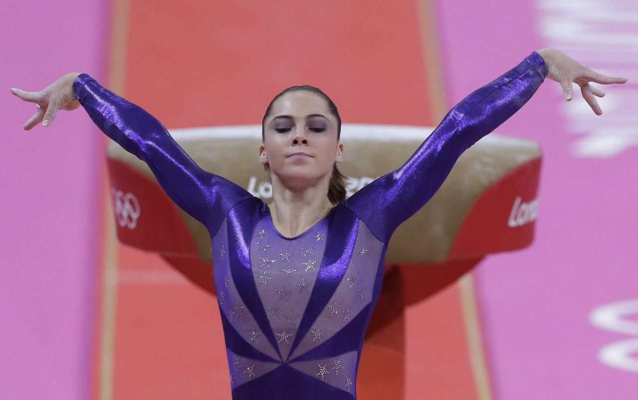 馬隆尼與美國女子體操隊「五虎將」參加2012年倫敦奧運期間,都未能逃過魔爪。圖為...
