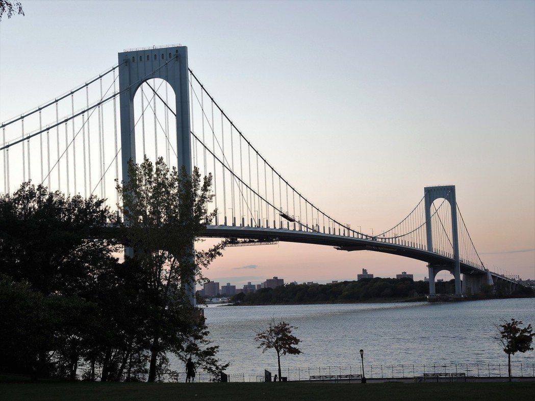 就在布朗士—白石大橋下的法蘭西斯路易斯公園,可看到整座大橋。(記者朱蕾/攝影)