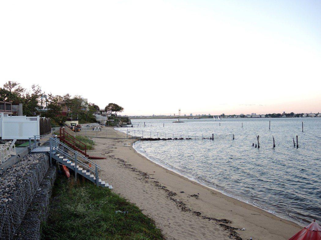 河邊的獨立屋可享受私家海灘。(記者朱蕾/攝影)
